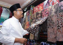 Gus Ipul Membatik di Sentra Kerajinan Batik Tulis Melati