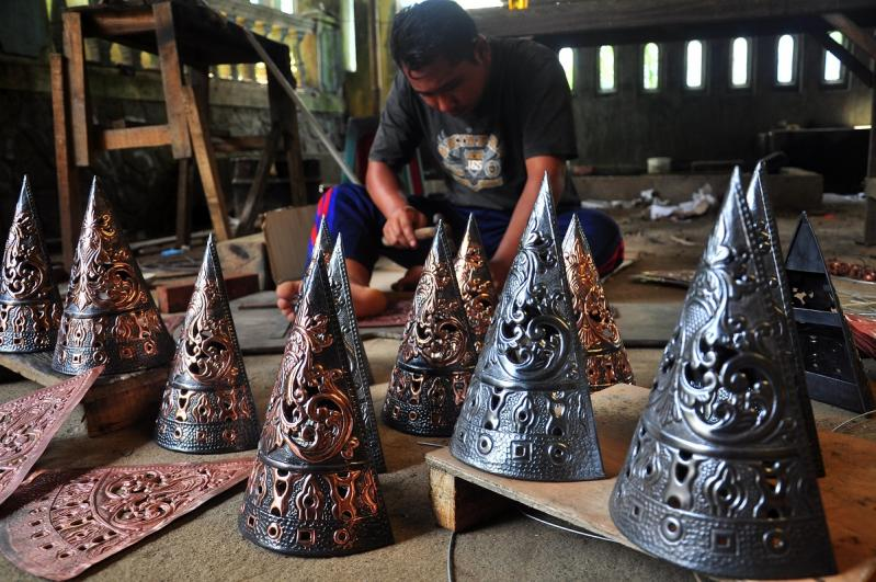 Metal, copper and brass handicrafts typical of Central Java